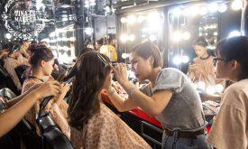 Giảng viên Tina Le trực tiếp thị phạm cho học viên trong buổi thực hành make up chuyên nghiệp