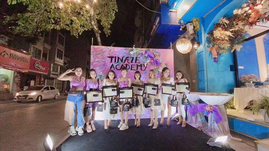 Bà trùm make up Tina Le đã trao tận tay cho các bạn học viên những tấm bằng tốt nghiệp và mong rằng các bạn sẽ luôn vững vàng trên con đường sự nghiệp mà mình đã lựa chọn.