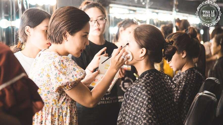Chuyên gia trang điểm Tina Lê đã trực tiếp đứng lớp, thực hành để các bạn học viên quan sát.
