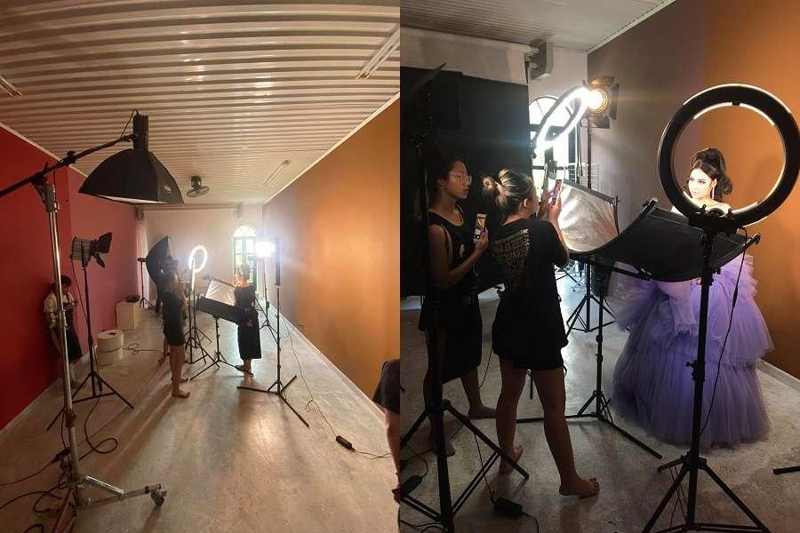 Đội ngũ support đang giúp học viên chụp lại sản phẩm đầu tay của mình tại studio 107 Nguyễn Khuyến.