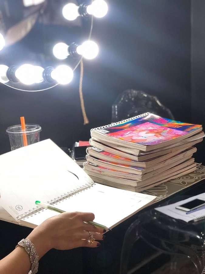 Học viên phải thực hành thành thạo kỹ năng đánh khối khuôn mặt dài trên giấy trước khi thực hành trên mẫu.