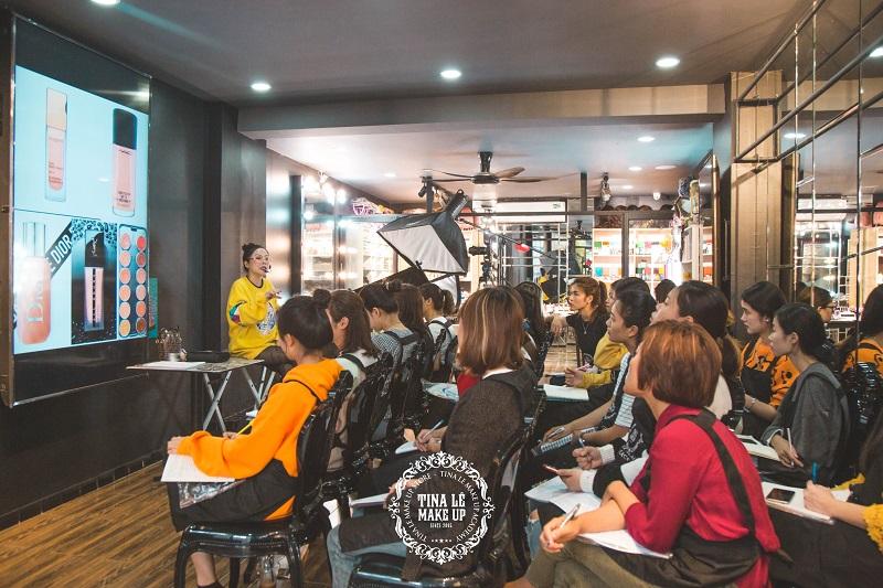 Tina Lê đang giảng bài cho các học viên