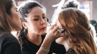 """""""Đột nhập"""" hậu trường Vietnam International Fashion Week VIFW: Không khí làm việc hăng say, chuyên nghiệp của team make up Tina Le"""