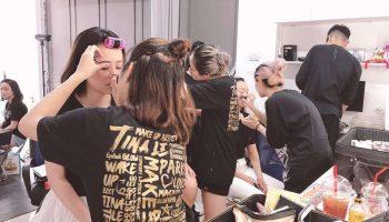Không khí làm việc tại những show diễn của team Tina Le Make Up