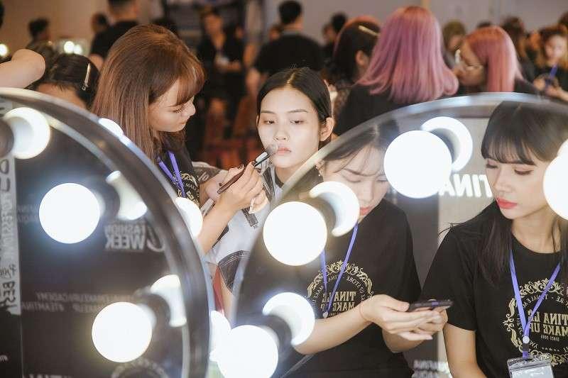 Các Make Up Artists team Tina Lê làm việc hăng say