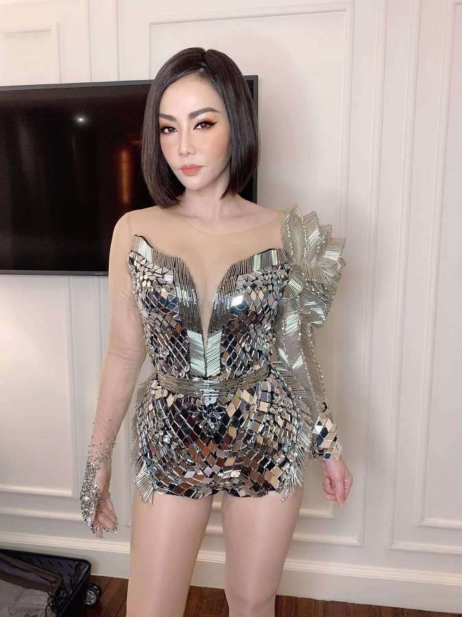 Diva Thu Minhsau khi được phù thủy Tina Lê make up trước show diễn