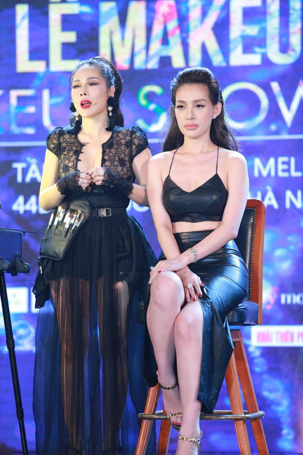 Tina Le trình diễn khả năng make up trên gương mặt mẫu ngay tại sân khấu show diễn