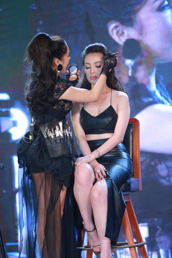 Tina Le trình diễn khả năng make up trên gương mặt mẫu ngay tại sân khấu show diễn (1)