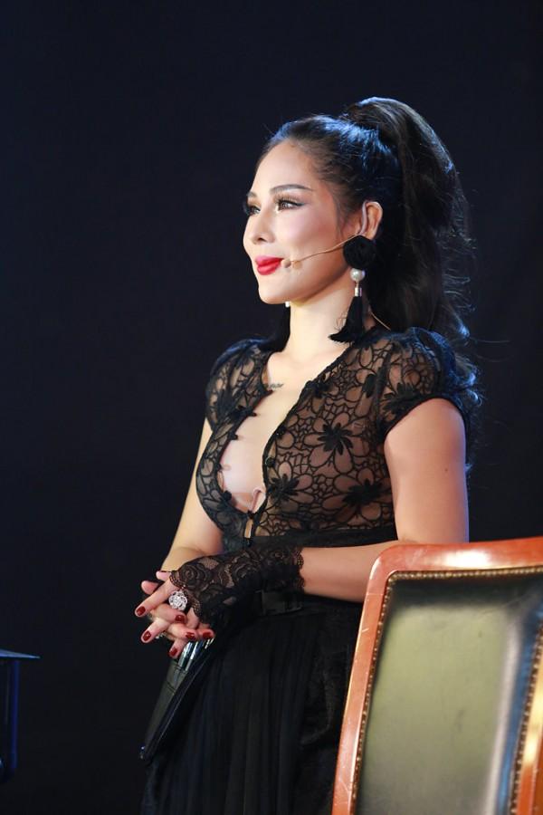 Gương mặt hạnh phúc của chuyên gia make up Tina Lê khi hoàn thiện phần trang điểm cho người mẫu, chính tâm trạng này đã giúp cô thành công trong sự nghiệp của mình.