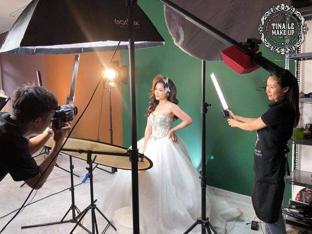 Thảo đang tham gia một buổi học kỹ năng chụp hình trong makeup tại Tina Le Makeup Academy