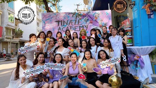 Thảo cùng cô giáo và các học viên khoá học makeup chuyên nghiệp T26 trong ngày khai giảng