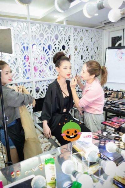 Chuyên gia Make up Tina Lê đang làm đẹp cho MC Quỳnh Chi trước khi tới tham dự sự kiện.
