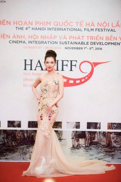 MC Quỳnh Chi trên thảm đỏ liên hoan phim