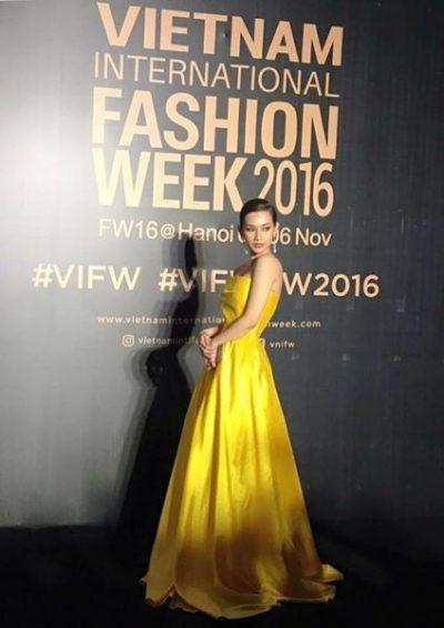 MC Quỳnh Chi trong trang phục màu vàng chanh trên thảm đỏ thời trang