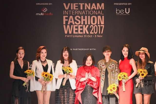 NTK Vân Nguyễn cùng đại diện ban tổ chức và các người mẫu