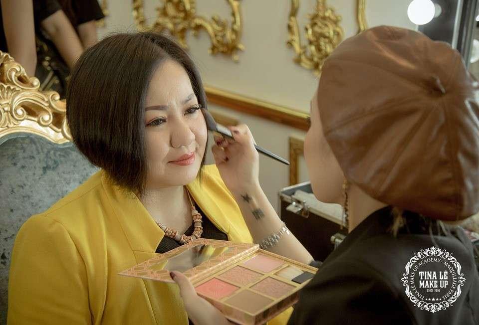 Tina Le tự tay trang điểm cho chị Lê Thị Quỳnh Trang- giám đốc và người sáng lập sự kiện VIFW tại buổi họp báo