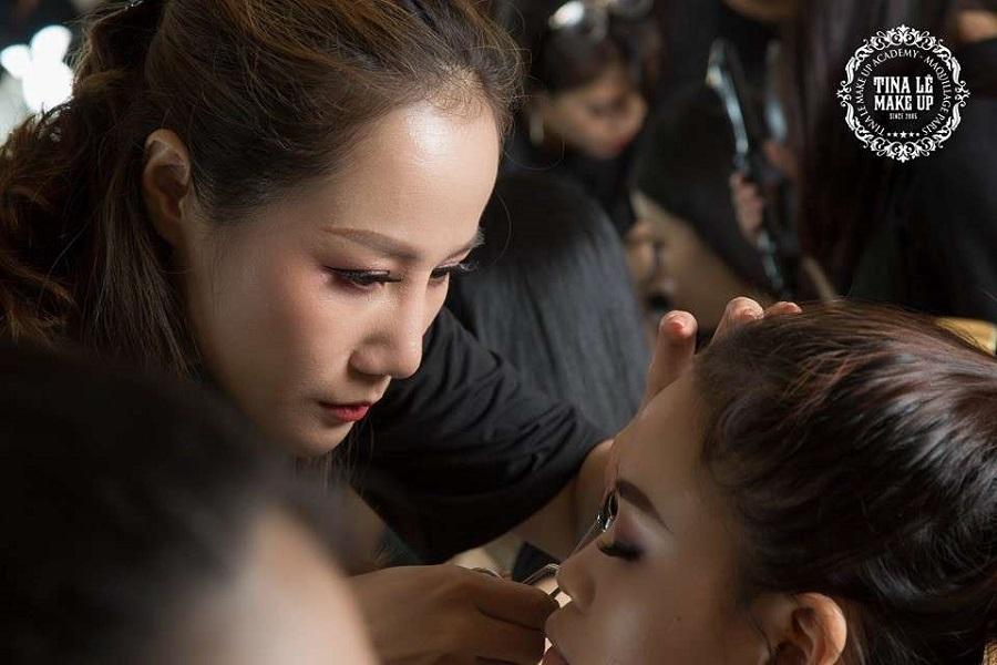 Đội ngũ Make Up Artist cần cù tỉ mỉ chuẩn bị cho buổi họp báo