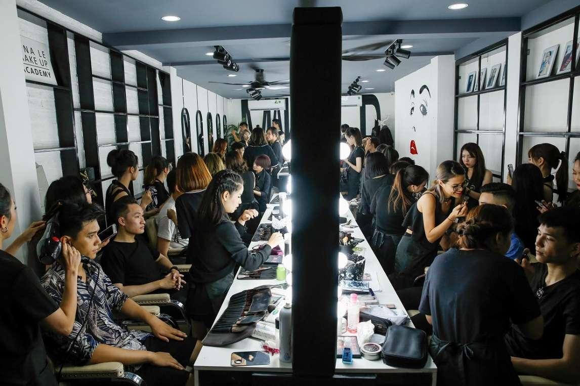 """Ekip của Tina Lê Make Up cho các người mẫu tham gia biểu diễn tại trung tâm đào tạo """"triệu đô"""" mang tên cô"""