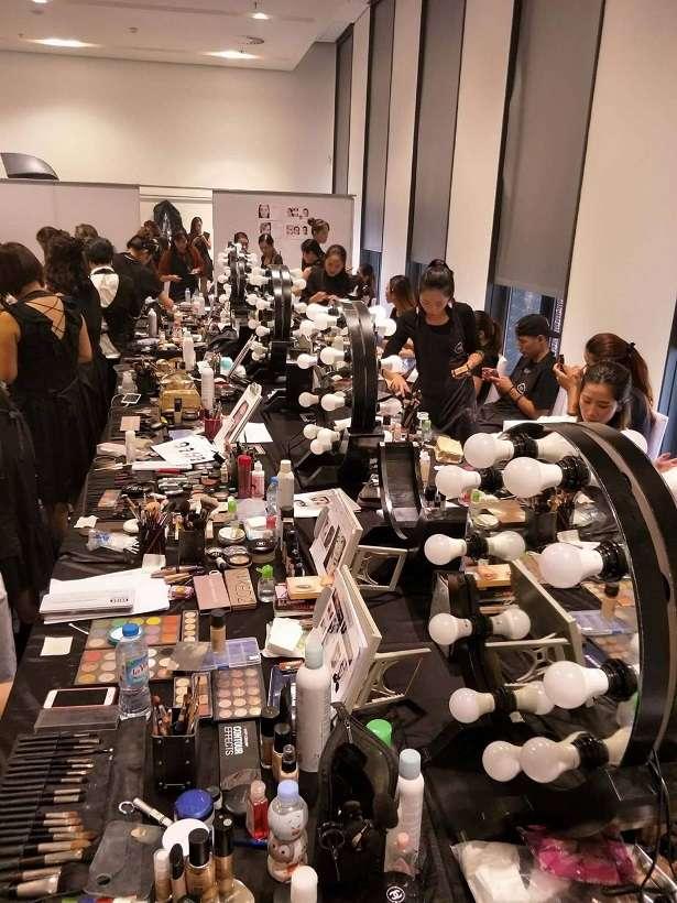 """Khối tài sản mỹ phẩm """"khủng"""" của Tina Lê trên chiếc bàn dài này có giá trị lên đến hơn 2 tỉ đồng"""