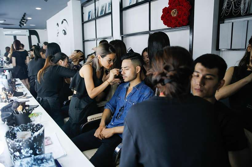 Thái độ làm việc nghiêm túc cùng tác phong nhanh nhẹn, cẩn thận, tỉ mỉ là điểm cộng giúp đội ngũ makeup của Tina Lê được yêu thương rất nhiều