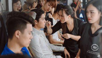 Các Make Up Artists vô cùng tỉ mỉ, cẩn thận trong buổi casting trước sự kiện