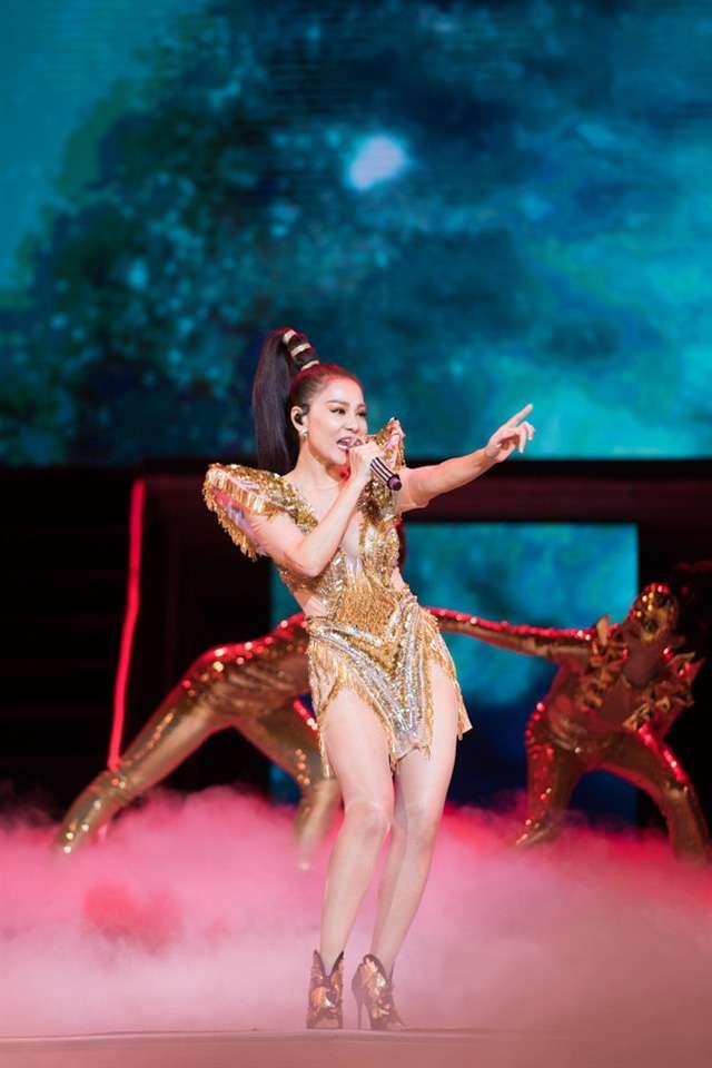 Ekip của Tina Lê Make Up góp phần không nhỏ giúp Thu Minh tỏa sáng trong liveshow của cô mang tên Fire Phoenix - Phượng hoàng lửa