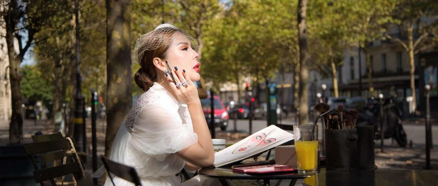Tina Lê với phong cách phối đồ bằng chiếc đầm trắng tinh khôi, thanh lịch cùng chiếc nơ có mạn che cổ điển của quý cô nước Pháp