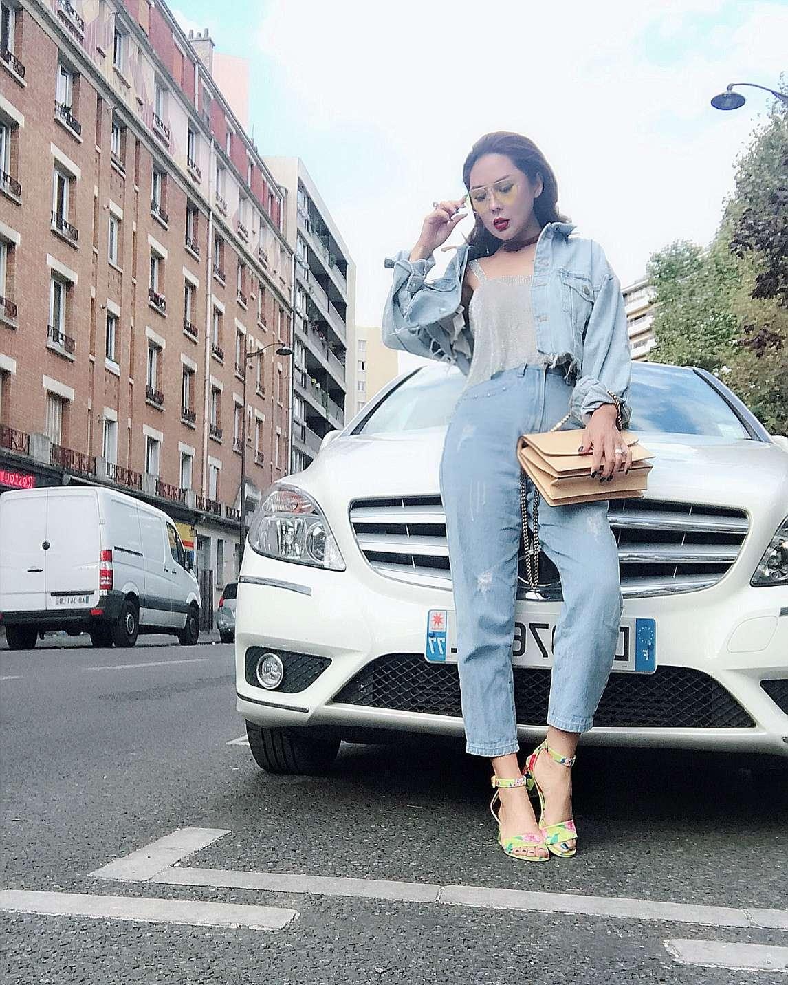 Đồ denim cũng là items không thể thiếu trong tủ đồ của Tina Lê. Một chiếc áo khoác denim, mix cùng áo 2 dây và quần baggy góp phần mang đến một chút bụi bặm và mạnh mẽ cho vẻ ngoài đầy ngọt ngào của cô.