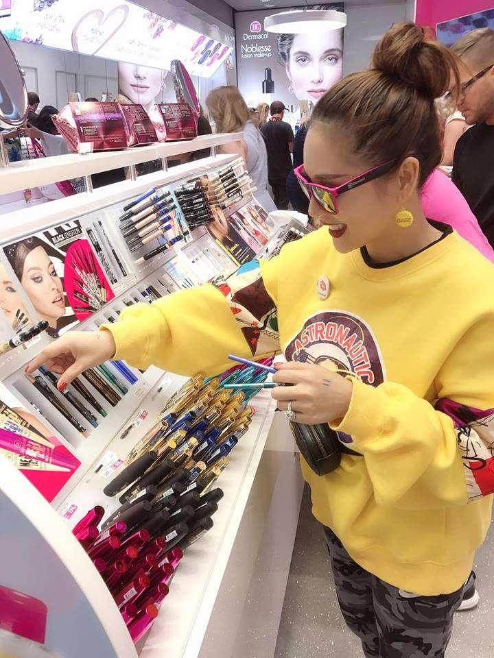 Đặc biệt, chuyến đi lần này cũng giúp cô ký kết được nhiều giấy tờ quan trọng để đưa các sản phẩm make up của Dermacol về Việt Nam trong thời gian tới.