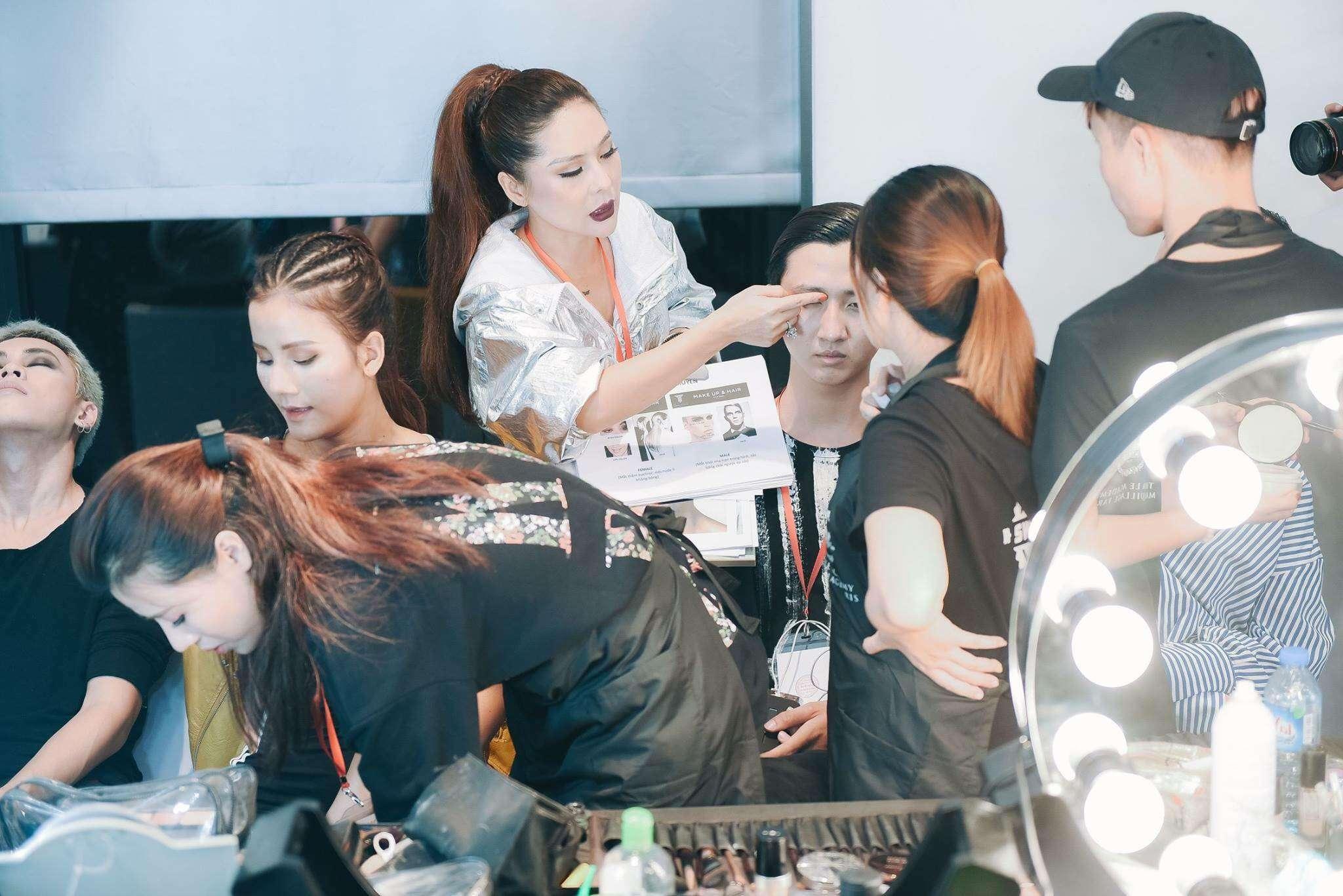 Bà trùm make up Tina Lê đang training cho nhân viên