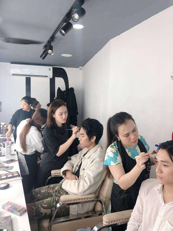 Nhân viên Tina Lê đang hăng say make up