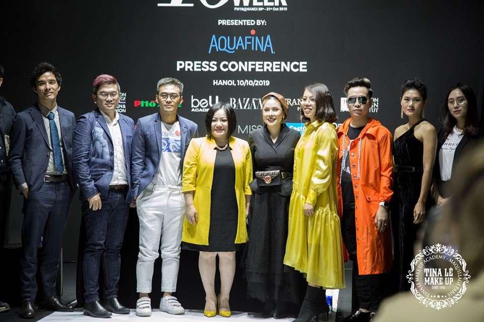 Tina Le chụp ảnh cùng bà Lê Thị Quỳnh Trang - Chủ tịch và người sáng lập của Aquafina Tuần lễ Thời trang Quốc tế Việt Nam và các nhà thiết kế tham dự sự kiện