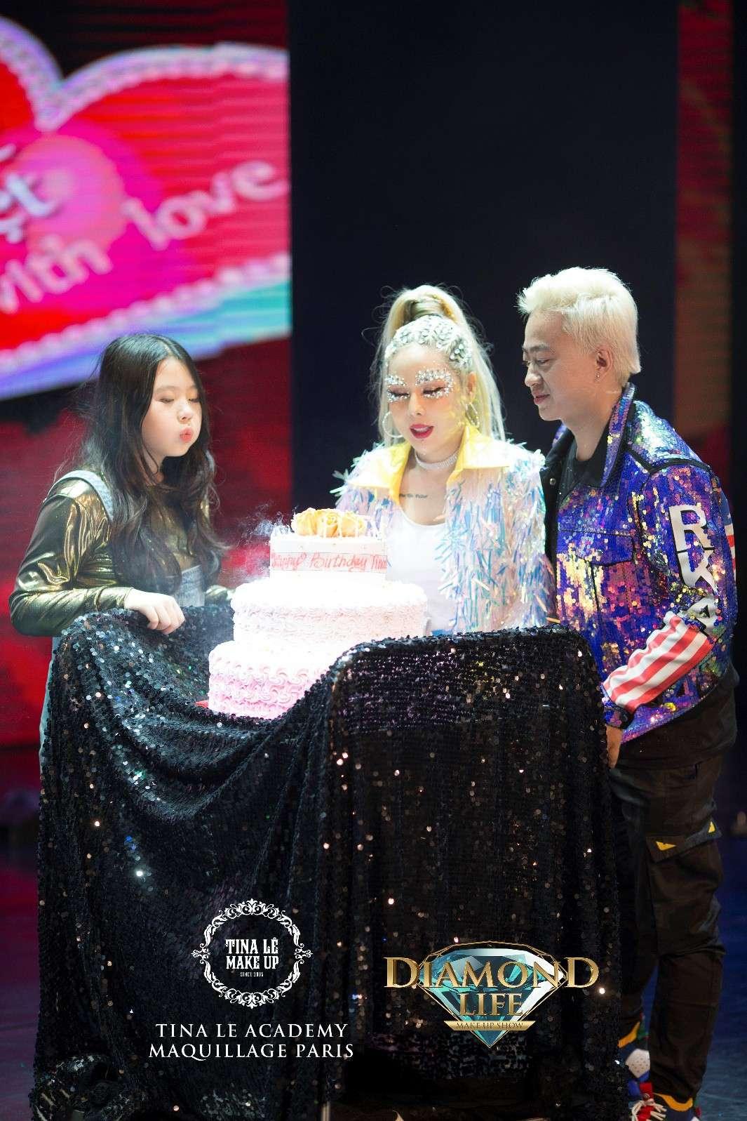 Chồng và con gái chúc mừng Tina Lê tại show Diamond Life