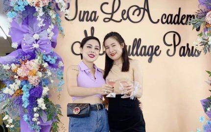 Thảo cười hạnh phúc khi đứng cạnh cô giáo Tina Lê của mình. Người mà cô luôn ngưỡng mộ