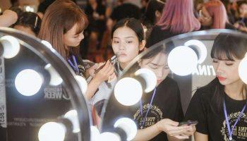 'Đột nhập' hậu trường Vietnam International Fashion Week VIFW: Không khí làm việc hăng say, chuyên nghiệp của team make up Tina Le